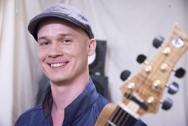 Petteri Sariola on tunnettu suomalainen kitaristi. Rajattomasta tuttu Soila Sariola on Petterin sisko.