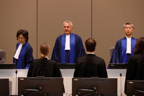 ICC:n tuomareita kuvattuna Haagissa elokuun lopussa. He käsittelivät tuolloin kongolaisen Bosco Ntagandan sotarikossyytteitä.