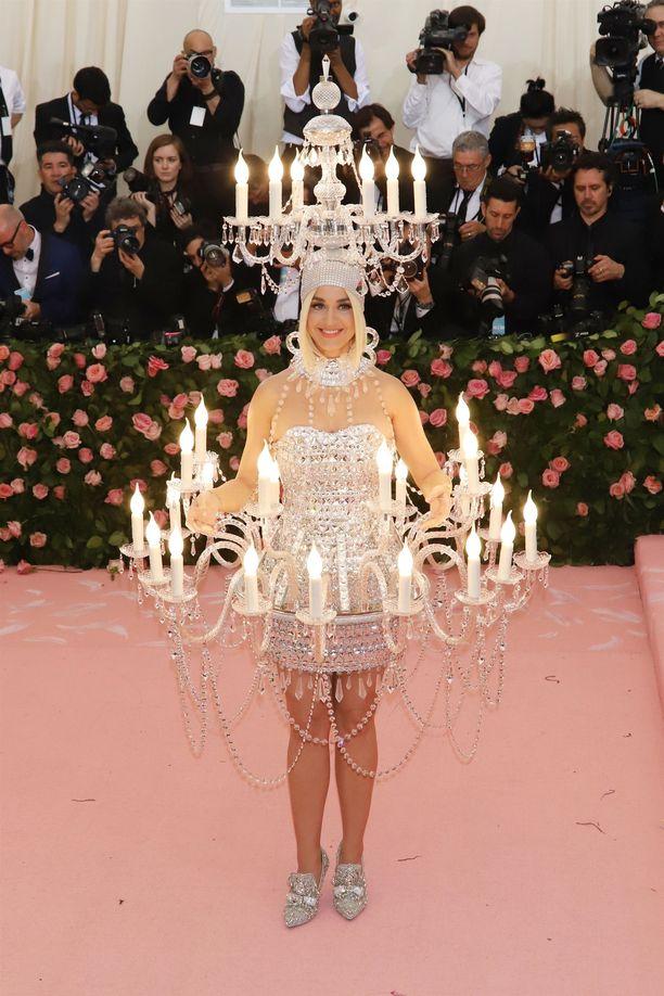 Katy Perryn asu muistutti kattokruunua. Asun on suunnitellut Moschino. Perry edusti gaalassa ilman Orlando Bloomia. Pariskunta meni kihloihin helmikuussa.