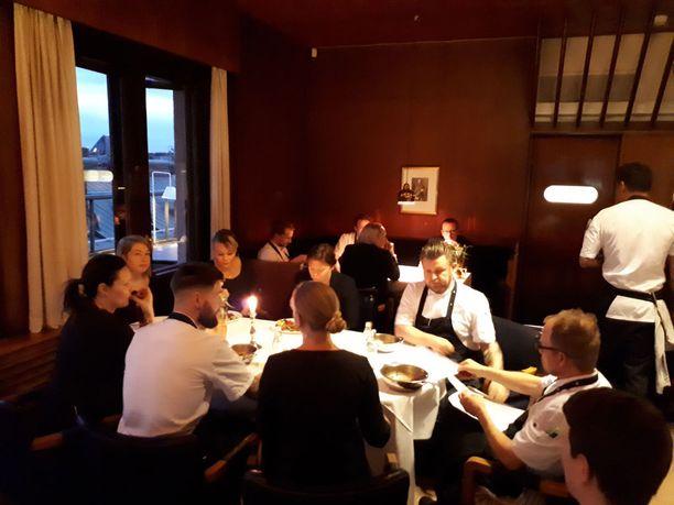 Ravintola Savoyn henkilökunta yhteisen ruokahetken äärellä.