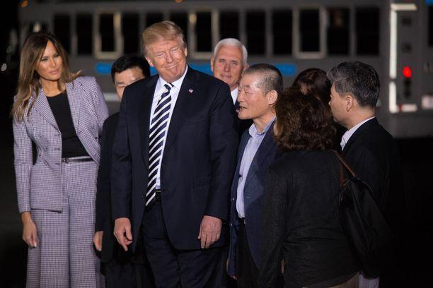 Trump otti vaimonsa kanssa torstaina Marylandissa vastaan kolme Yhdysvaltain kansalaista, jotka olivat olleet vankeina Pohjois-Koreassa.