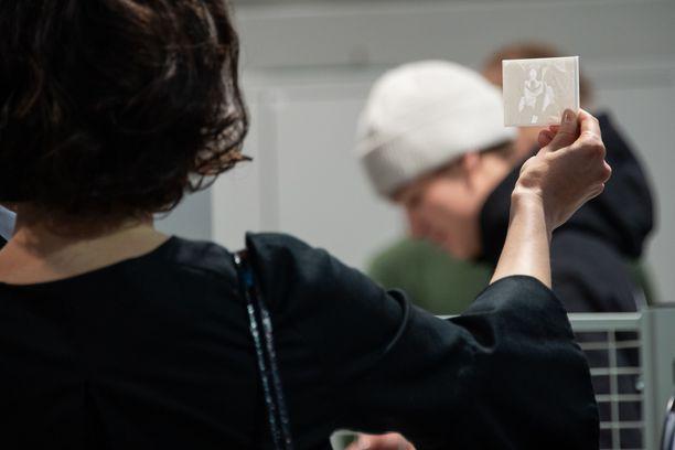 Jenni Haukio tutustui Lennu-koirasta otettuun 3D-kuvaan.