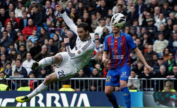 Näin lähti Gonzalo Higuainin volley.