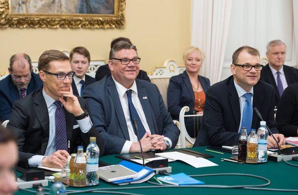 Juha Sipilä, Timo Soini ja Alexander Stubb kasasivat kolmen puolueen hallituksen kasaan valtioneuvoston juhlahuoneistossa Smolnassa käydyissä neuvotteluissa.