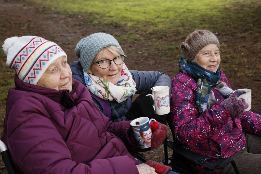Helena Jaakkola (keskellä) hoitaa kahta vanhusta työkseen kotonaan. 91- ja 81-vuotiaat hoidettavat ovat tuoneet Jaakkolan arkeen taas ihmisiä ympärille.