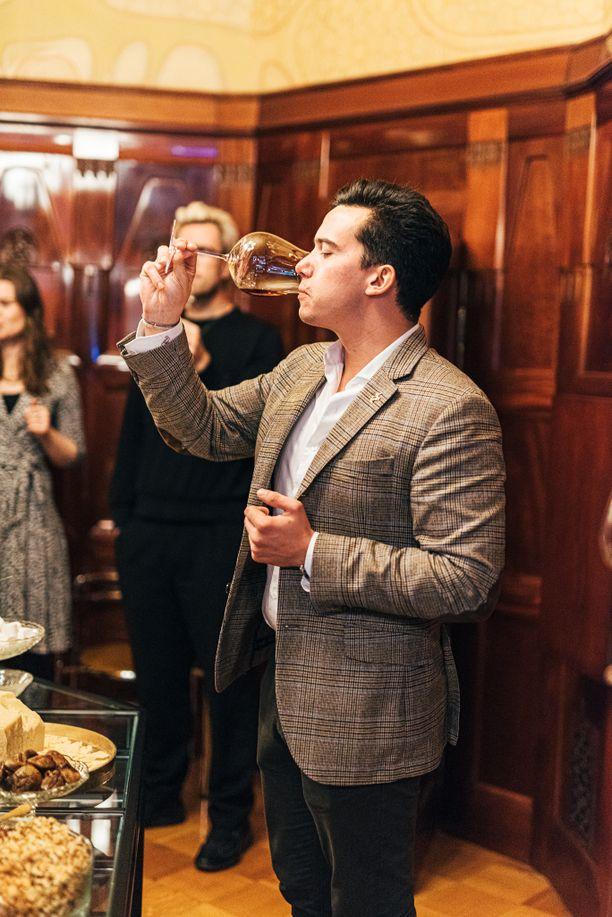 Remy Martinin brändilähettiläs Maxime Pulci antoi vinkkejä konjakin oikeaoppiseen maisteluun.