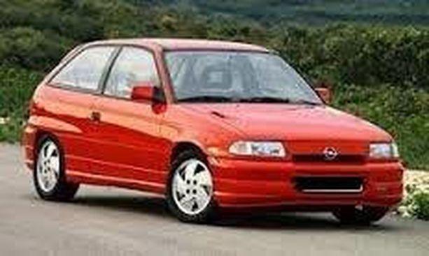 Kuvassa Toni Tikkasen autoa vastaava punainen, kaksiovinen Opel Astra -henkilöauto. Poliisi pyytää havaintoja autosta, jonka rekisterinumero on ZGV-990.