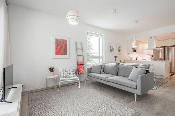 Yhtä aikaa ryhdikäs ja siro sohva sopii monenlaisiin tiloihin, myös pienempään olohuoneeseen.