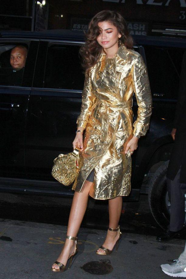 Zendayaa ei palele kultatakissa ja avonaisissa kengissä - onneksi matka autolta ovelle on lyhyt.