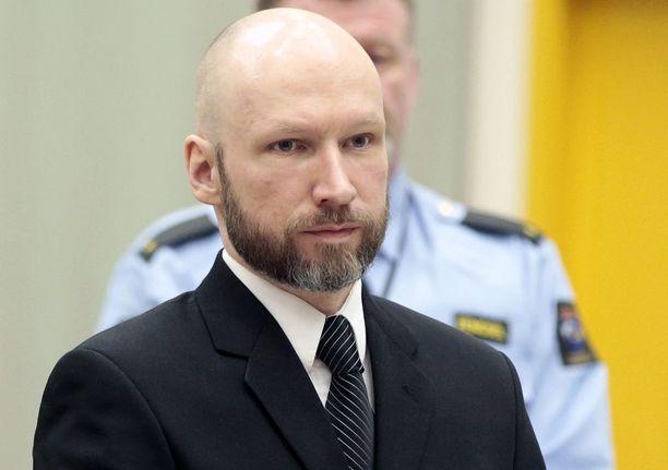 Breivik haluaa pois eristyksestä.