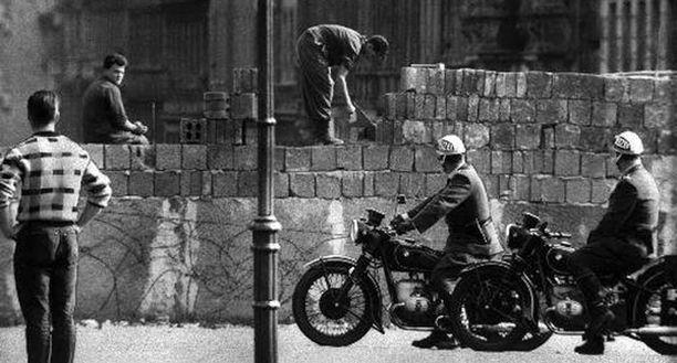 Berliinin muuri rakennettiin käytännössä päivässä tiedotusvälineiltä salassa 13.8.1961. Myöhemmin muuria nostettiin ja siihen lisättiin piikkilangat, hälytysjärjestelmät ja vartiotornit.
