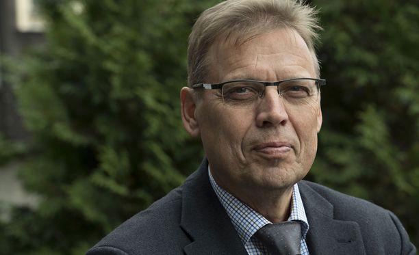 Pormestari Lauri Lyly kertoo aikovansa jäävätä itsensä jatkossa mahdollisista golfkenttäpäätöksistä.