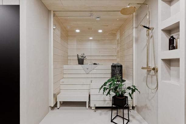 Pienissä kylpyhuoneissa ja saunoissa suositaan vaaleita sävyjä.