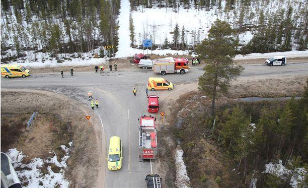 Onnettomuuspaikka Ylläksentien eli valkoisen minibussin tulosuunnasta. Minibussi kääntyi vasemmalle, ja törmäsi vasemmalta Etelän suunnasta tulleeseen punaiseen autoon. Punainen auto yritti väistää, mutta törmäykseltä ei vältytty.