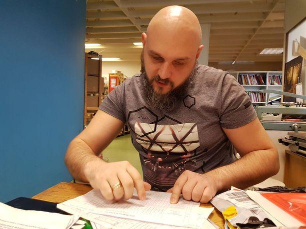 Aleksander Medinski esittelee asiakirjoja, joista selviää muun muassa hänen taustansa.
