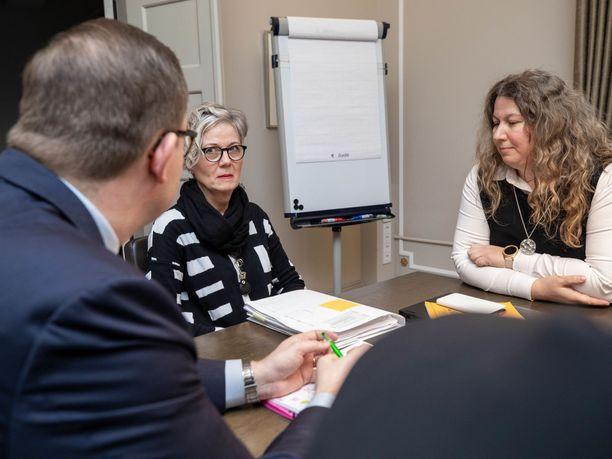 Paltan Tuomas Aarto ja PAU:n Heidi Nieminen ovat neuvotelleet sopua kiistaan valtakunnansovittelijan Vuokko Piekkalan johdolla.