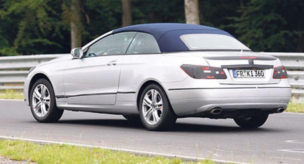 Cabriolet-mallissa on tavaratilaan taittuva kovakatto.