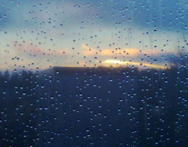 Sadepisarat ikkunassa ja kaamosta piristävä auringonlasku.