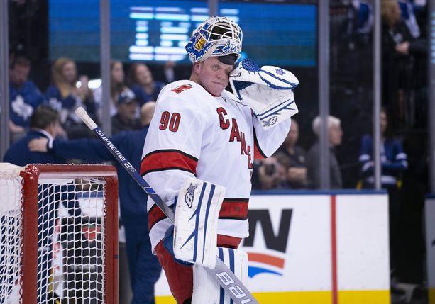 Torontossa työskentelevä David Ayres joutui viikonloppuna vastoin kaikkia todennäköisyyksiä maaliin NHL-ottelussa, kun Carolinan molemmat maalivahdit loukkaantuivat.