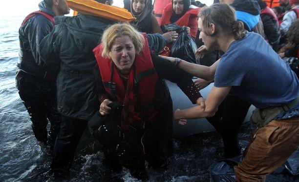 Syyrialaisten ja afganistanilaisten pakolaisten ryhmä saapui eilen kumiveneellä Lesboksen saarelle Kreikkaan.