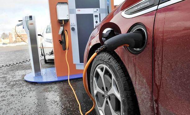 Sähköautojen myynti on Suomessa toistaiseksi vähäistä.