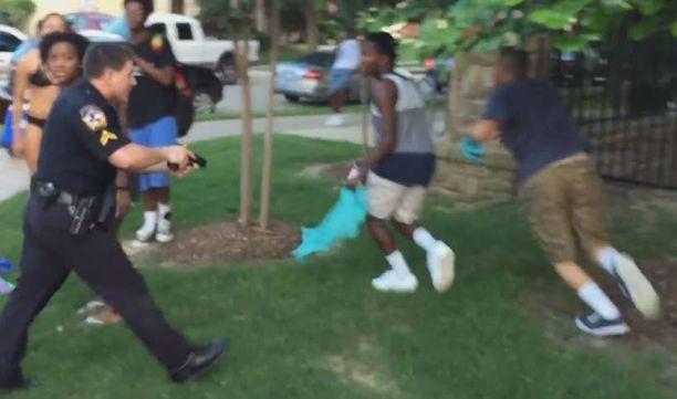 Poliisi jahtasi nuoria aseella osoittaen.