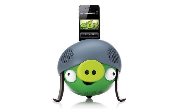 Vihreä Helmet Pig -malli on varustettu iPhone-telakalla.