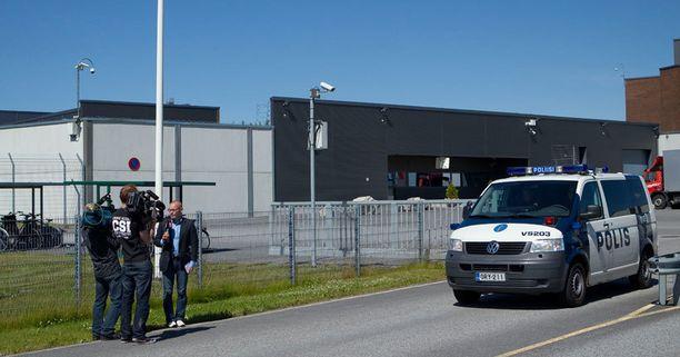 Anneli Auerin vapauttavan tuomion varalta Saramäen vankilan ulkopuolelle oli kokoontunut lukuisia median edustajia.
