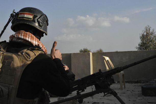 Yksi lähimmistä tarkka-ampujien ja terrorismin vastaisen erikoisjoukon pisteistä on vain muutaman sadan metrin päässä Isisistä.