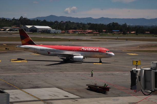 Aviancan matkustajalentokone kuvattuna helmikuussa Rionegron lentoasemalla Kolumbiassa.