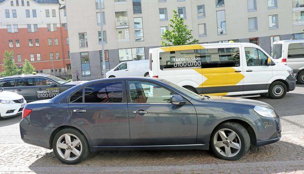 Listaa takseihin unohtuneista tavaroista ovat keränneet Uber-kuskit. Tässä kuvassa edessä suomalainen Uber-taksi.