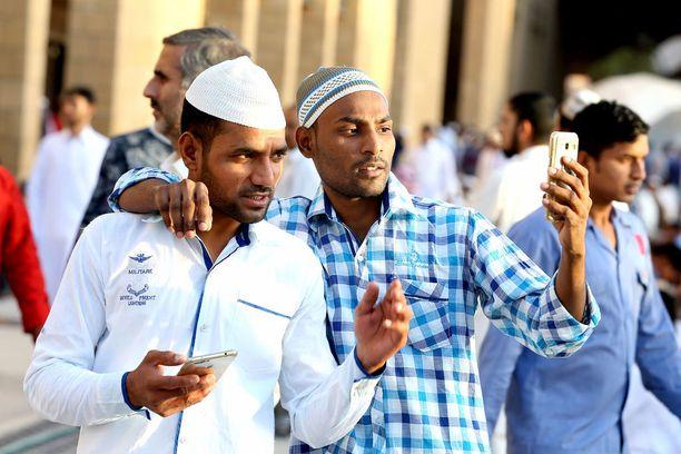 Nuoret pakistanilaiset ystävykset ottivat kuvaa uusissa, Eid al-Fitrin kunniaksi hankituissa vaatteissaan Riadissa, Saudi-Arabiassa.
