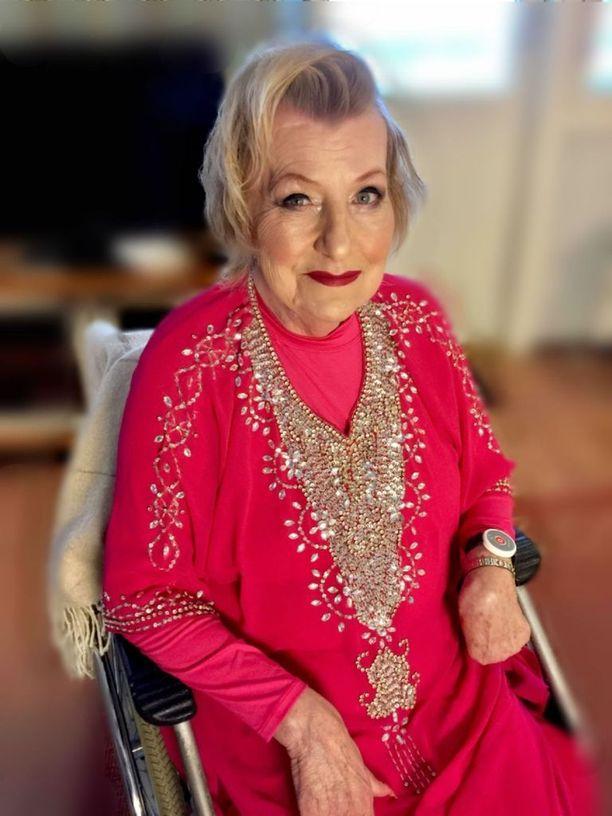 Riitta Reijonen, 68, jäi toistuvasti jumiin ensin hissiin ja sitten asuntoonsa, koska palvelutalon hissin korjaaminen Järvenpäässä on kestänyt viikon. Kuva on otettu joulukuussa, kun Reijonen oli lähdössä entisen työnantajansa joulujuhlaan.