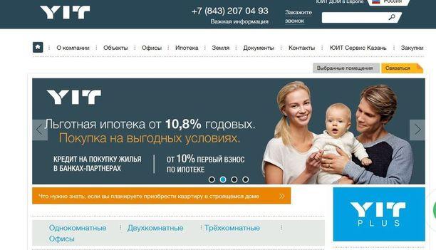 Venäläinen ydinperhe - isä, äiti ja lapsi YIT:n venäläisessä verkkomainoksessa. Korot ovat korkeat, mutta asuntovelkaa otetaan vain hetkeksi. Useimmat asiakkaat ovat perusvauraita entuudestaan, sillä Venäjän vuokra-asuntojen yksityistäminen teki miljoonista venäläisistä asuntorikkaita.