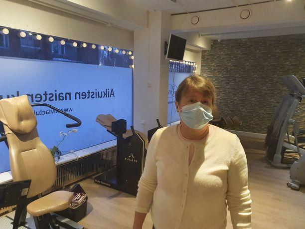 Yrittäjä Yvonne Lönnberg harmittelee sitä, että viranomaisten päätösten sekavuus on hänen mukaansa vienyt asiakkaita.