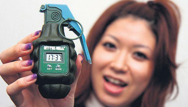 PÄIN SEINIÄ Japanilainen Toyo-konserni on kehittänyt käsikranaatin muotoisen herätyskellon, jolla voi purkaa vihaansa jo aamusta alkaen. Digitaalisen kellon herätysääni loppuu heti, kun sen paiskaa seinään.
