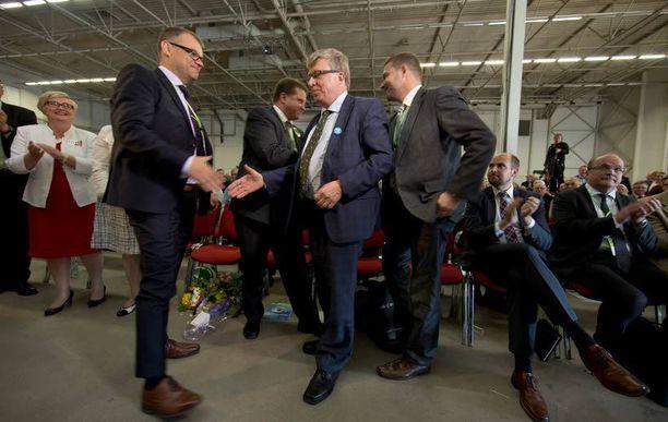 Puheenjohtaja Juha Sipilä onnitteli puoluesihteeri Timo Laanista uudelleenvalinnan johdosta viime kesänä.