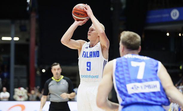 Sasu Salin nakutti 27 pistettä ja johdatti Suomen voittoon MM-jatkokarsinnan avausottelussa.