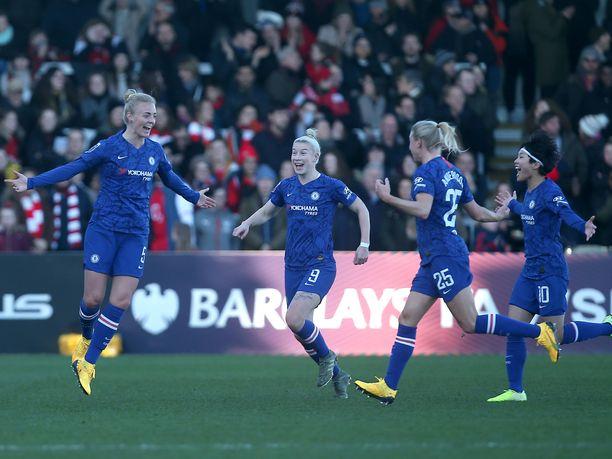 Chelsean Sophie Ingle (vas.) juhlii maaliaan joukkuekavereidensa kanssa tammikuussa käydyssä ottelussa Arsenalia vastaan.