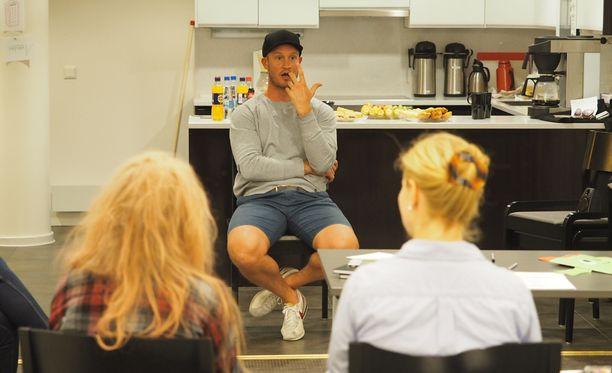 Jääkiekkoilija Ossi Väänänen kertoi nuorille siitä, kuinka selviytyi omasta matkastaan kohti unelmia.