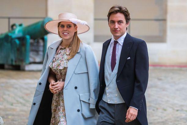 Prinsessa Beatrice ja Edoardo Mapelli Mozzi pääsivät vihdoin naimisiin. Heidän häitään jouduttiin siirtämään kahdesti.