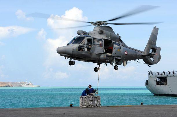 Ranskan puolustusministeriö julkaisi maanantaina kuvaa, jossa tarvikkeita saapui Saint-Martinin saarelle.