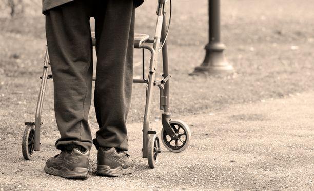 Vanhusten yksinäisyyteen on monesti vaikeaa puuttua.