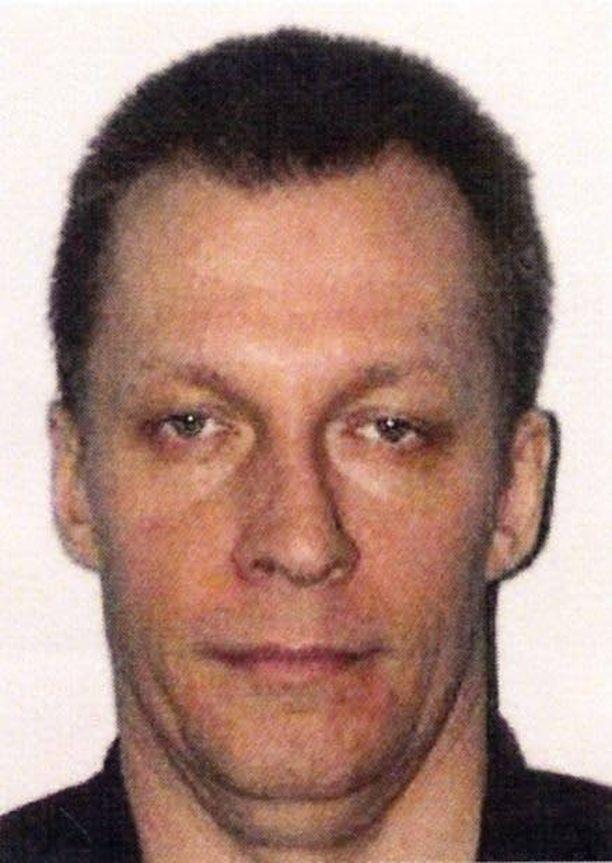 POMO Batsin johdossa toimii Ruotsin kansalainen Arto Miettinen. Miettinen on aiemmin tuomittu muun muassa törkeästä huumausainerikoksesta sekä murhasta.
