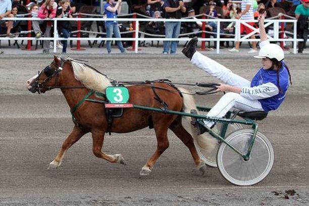 Julia ja Pöksö kilpailivat yhdessä poniraveissa.