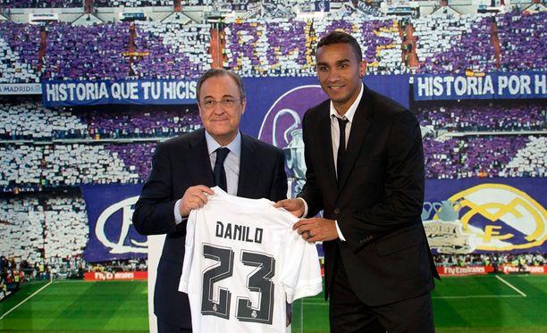 Brasilialainen Danilo allekirjoitti Florentino Pérezin ja Realin kanssa kuuden vuoden sopimuksen.