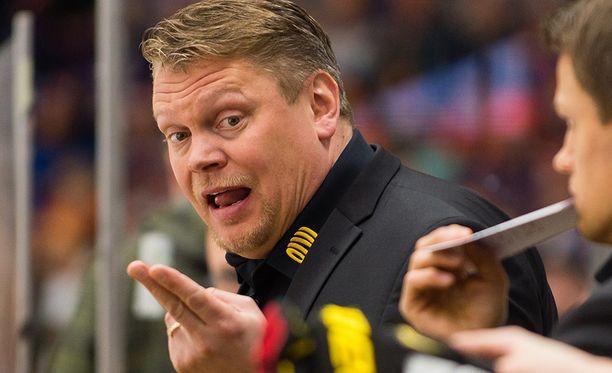Pekka Virta ei pääse valmentamaan Lukon avausottelua.