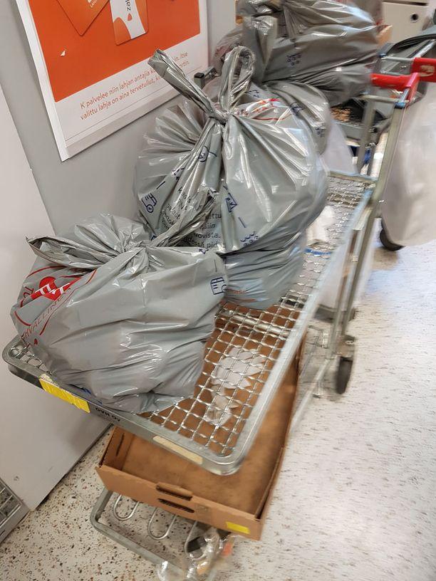 Sulaneet pakasteet piti heittää roskiin.