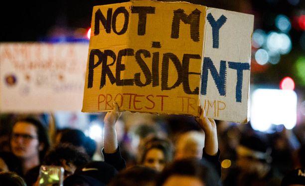 Trump Towerin edustalle New Yorkiin kokoontuneet mielenosoittajat eivät olleet tyytyväisiä presidentinvaalien tulokseen.