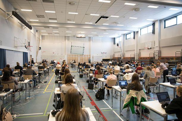 Korona pakottaa ylioppilaskokeisiin valmistautujat kiirehtimään reaaliaineiden kanssa.